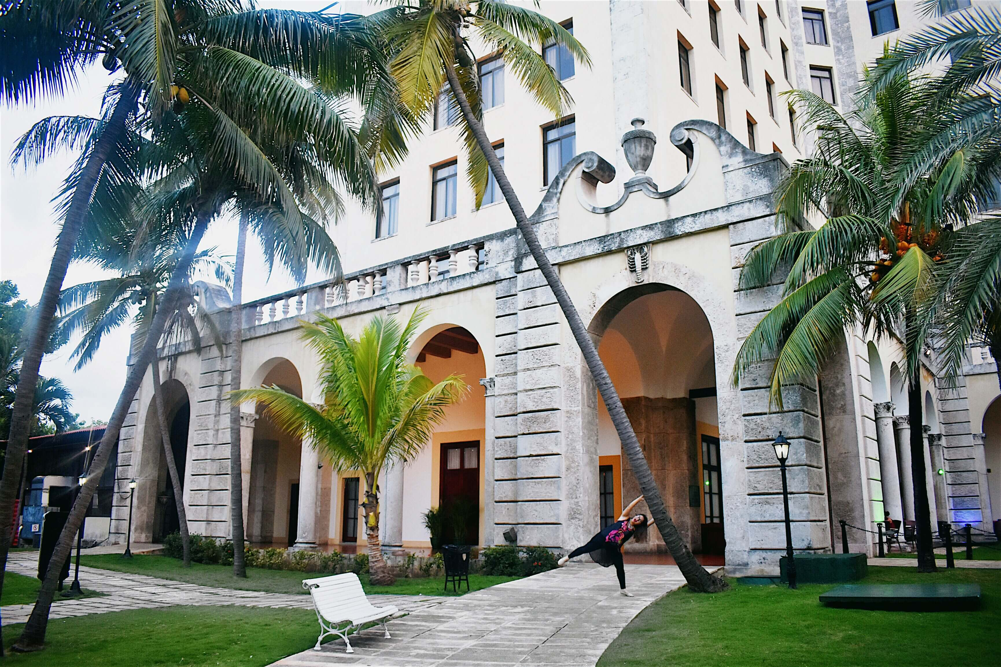 The courtyard of Hotel Nacional with palm trees surrounding the luxurious building
