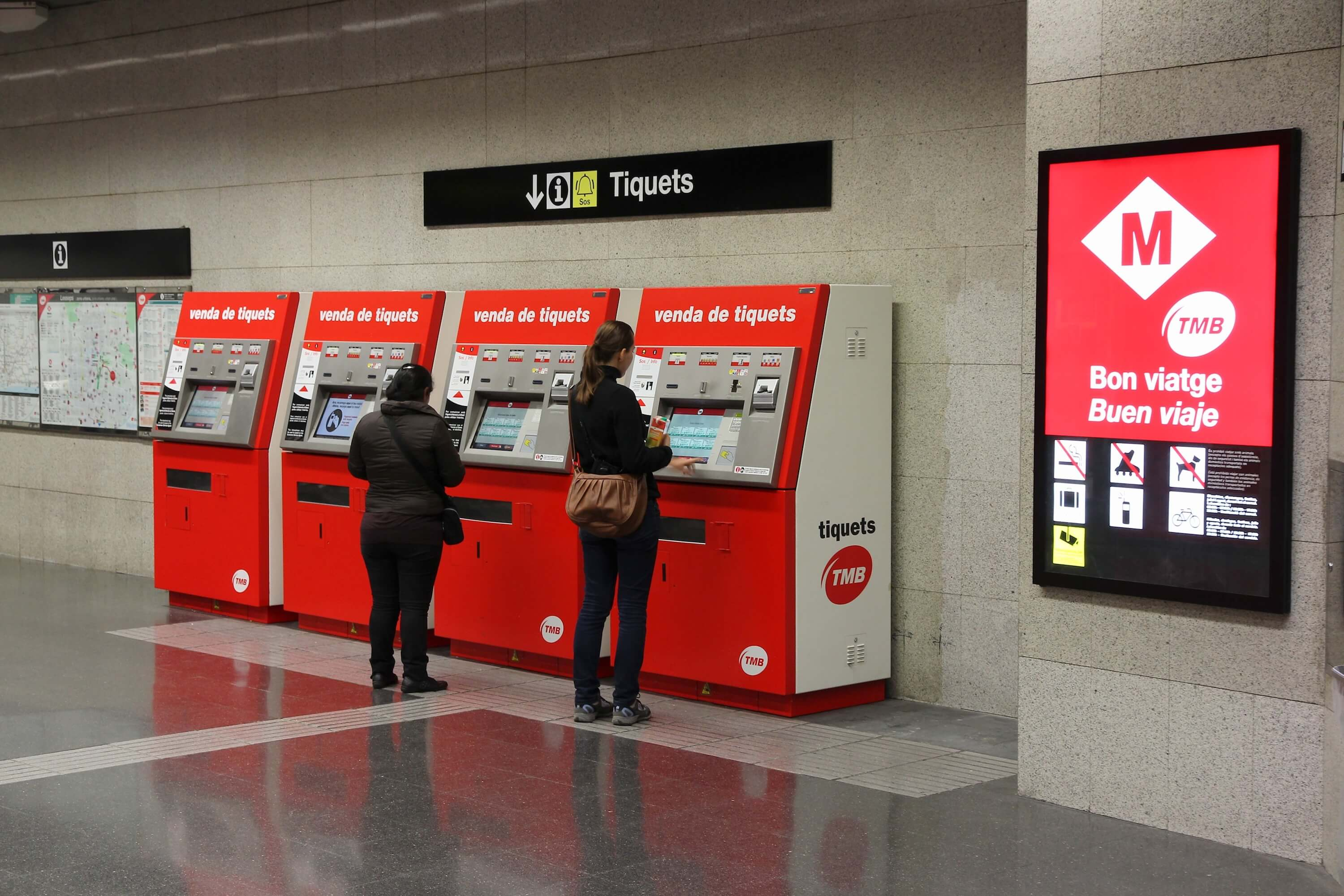 How to get from Barcelona airport to the city center - metro ticket machines